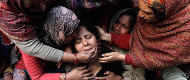 Nuovo orrore in India: una sedicenne sfida l'autorità del villaggio, stuprata e uccisa