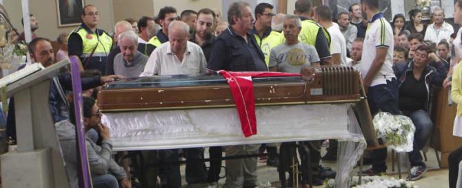 Rione Traiano, una folla commossa ai funerali di Davide. Don Lorenzo: «Signore, perché hai permesso questo?»