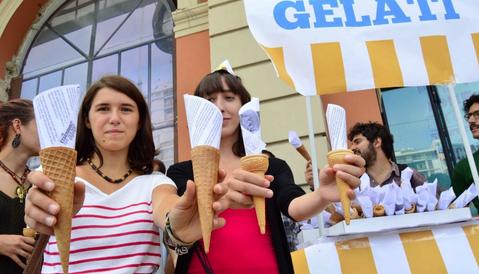 Renzi in Puglia per la passerella, ma trova solo contestazioni. In scena anche la protesta del gelato