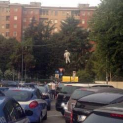 """Uber, cresce la tensione tra i tassisti. E a Milano spunta un manichino """"impiccato"""" con il volto dell'assessore"""