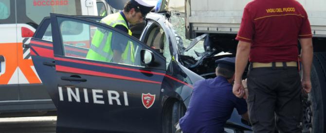 Scappano a un posto di blocco, stavolta ne fa le spese un carabiniere: tragico impatto contro un Tir