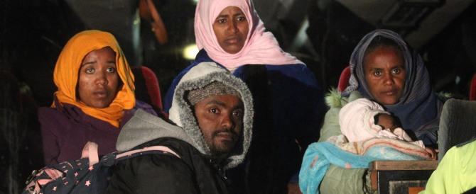 """Sepolta fino al collo e uccisa a sassate: l'estremismo islamico """"punisce"""" una donna infedele"""
