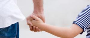Usa, giudice toglie figlia adottiva a una coppia gay: meglio mamma e papà