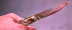 Roma violenta: taglia l'orecchio a un passante e lo conserva in un barattolo come trofeo