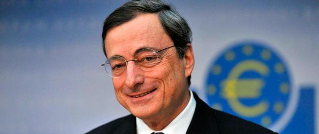 Draghi taglia ancora il costo del denaro che raggiunge il minimo storico