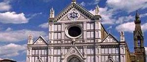 «Io sono ateo»: un giovane urina sul portone della Basilica di Santa Croce a Firenze