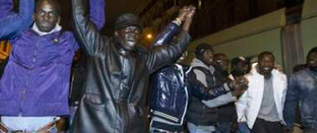 Immigrati bloccano le strade perché non gradiscono il cibo. E cresce la tensione