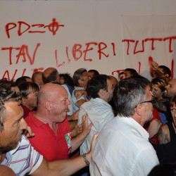 I No Tav irrompono alla festa del Pd di Genova: rissa, spintoni e urla contro Caselli e il governo