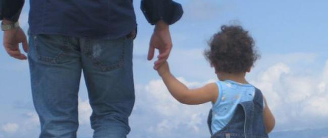 Francia, ai gay negato il ricorso alla provetta ma se il figlio nasce all'estero potrà essere adottato