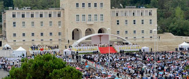 Il Papa condanna il terrorismo dell'Isis: chi si fa scudo di Dio per uccidere commette un sacrilegio