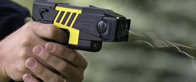 """Primo """"sì"""" della Camera alla pistola elettrica per gli agenti. Insorgono i grillini: «Soldi sprecati»"""