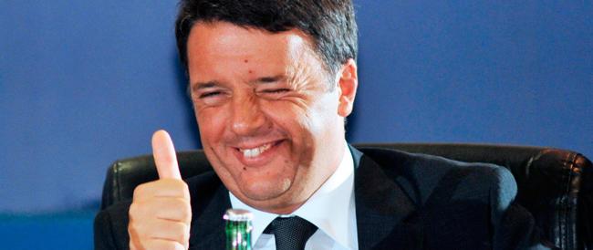"""Renzi a Bari parla allo specchio: """"Chi è il più bello del reame?"""". E si dà la risposta da solo"""