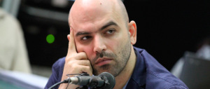Roberto Saviano in caduta libera: cerca di far parlare di sé insultando Berlusconi