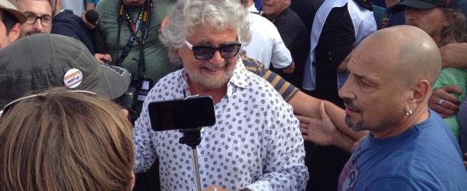 Grillo contestato a Genova dai volontari: «Vuoi una pala? Vieni a spalare»