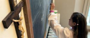 Un docente gay toglie il crocifisso dall'aula: calpesta la mia dignità