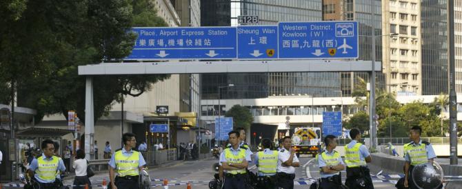 Rimosse le barricate: l'ordine comunista regna a Hong Kong