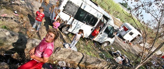 In classe ci sono due rom. E i genitori italiani portano i figli in un'altra scuola