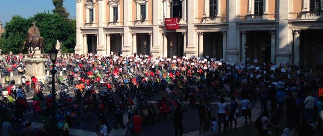 """""""Daje Marino, vattene"""": in piazza contro il sindaco di Roma anche i passeggini con mamma e papà"""