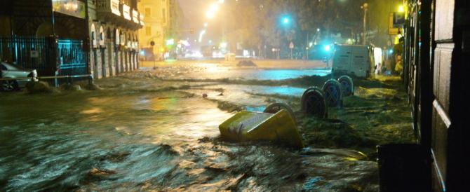 Maltempo killer a Genova: esonda il Bisagno, un morto, decine di persone bloccate nelle auto