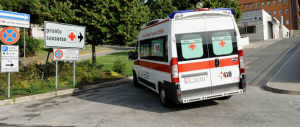 """""""Palpeggia"""" una paziente mentre è in ambulanza: licenziato un infermiere"""