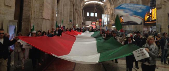 Alla stazione di Milano il tricolore di FdI: ridiamo l'Italia agli italiani, basta clandestini