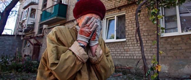 Ucraina, due bambini muoiono toccando un ordigno inesploso. A Berlino è lite per gli aiuti umanitari