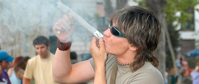 """Sulla marijuana ci hanno raccontato balle: """"demenziali"""" le tesi dei profeti dello spinello"""