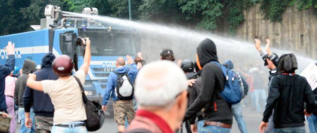 Napoli blindata per il vertice Bce: pioggia e idranti sull'ultrasinistra in corteo