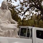La Pietà va in giro per Roma a bordo di un pick-up