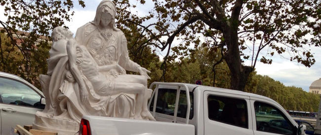 La Pietà di Michelangelo va in giro per Roma a bordo di un pick-up