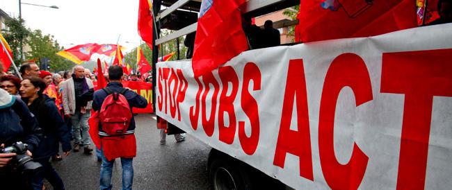 """Il Jobs """"pac"""" si fa sentire: il lavoro cala ancora nella grande industria"""