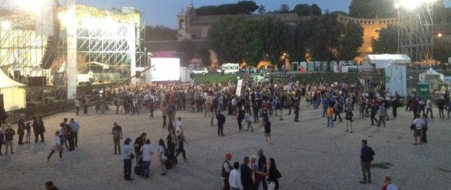 Tra i pentastellati alla kermesse grillina: tutti aspettano Beppe e omaggiano un nuovo idolo, il rapper Fedez