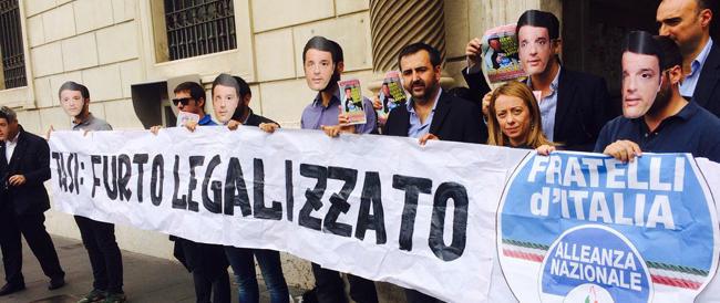 FdI in piazza contro la Tasi con le maschere di Renzi: «Dal governo un furto legalizzato»