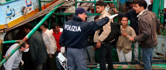 Allarme scabbia, contagiati otto poliziotti. Gli agenti che vigilano sugli sbarchi non hanno protezioni