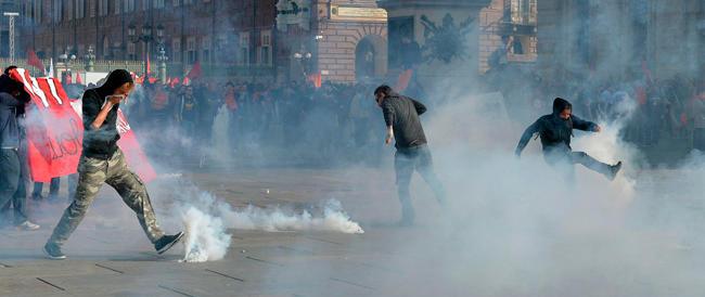 Tutti contro Renzi: scontri a Torino, fischi a Terni. Gli antagonisti rubano la scena alla Fiom con la violenza