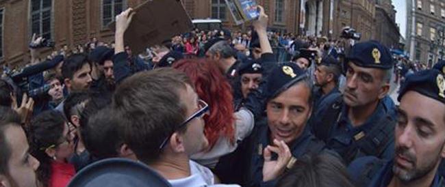 """Le """"sentinelle in piedi"""" aggredite da ultras di sinistra sotto gli occhi della polizia. La denuncia di Gasparri"""