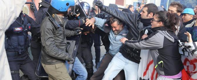 Renzi a Brescia: ultras di sinistra assaltano le forze dell'ordine