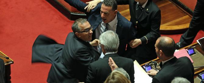 """Senato, schiaffi, insulti e querele a causa dei """"pianisti"""" fra  M5S e Gal"""