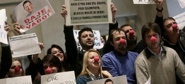 """Accolto dal grido """"dimissioni"""", Marino non molla:  «Ho pagato le multe»"""