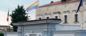 La bandiera dei gay al posto del Tricolore: in Italia accade persino questo…