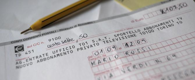 """Spunta la """"tassa occulta"""" da 80 euro: Renzi infila in bolletta il canone Rai"""