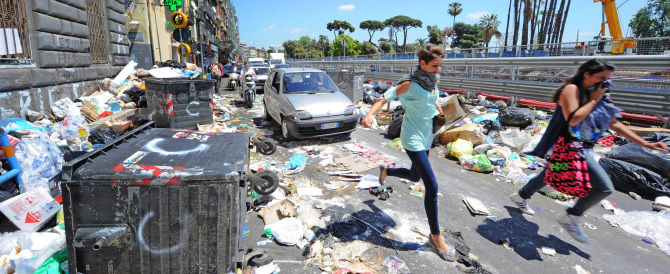 Vietato rovistare tra i rifiuti: la pensata di De Magistris al caos di Napoli