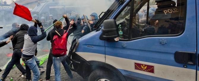 Napoli, antagonisti scatenati contro la polizia. In corteo anche deputati grillini