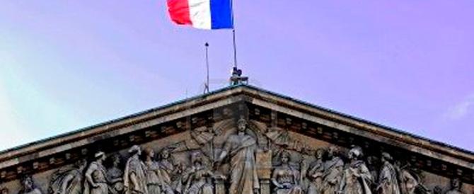 """La Francia torna a dividersi: Sarkozy e Le Pen contro il """"molle"""" Hollande"""