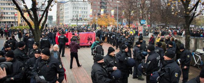 Hooligans tedeschi in piazza per dire no all'Islam radicale