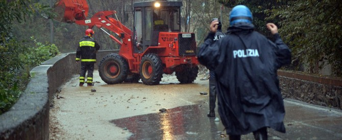 Il maltempo non dà tregua. A Genova una frana minaccia i palazzi: 130 sfollati