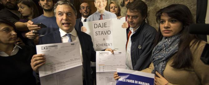 """La disfatta di Marino, contestato a Tor Sapienza: la gente gli grida """"buffone!"""""""