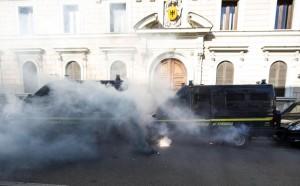 Fumogeni davanti al Ministero dell'Economia