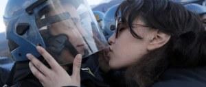 """Cortei, nelle nuove regole di ingaggio il bacio agli agenti è """"provocazione"""""""