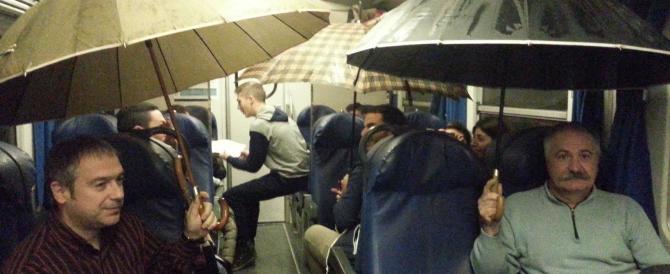 In Italia piove perfino nei vagoni delle Ferrovie, ecco la foto su Facebook